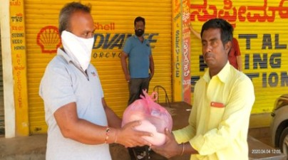 Saravana Dealer in Kolar distributing food packets