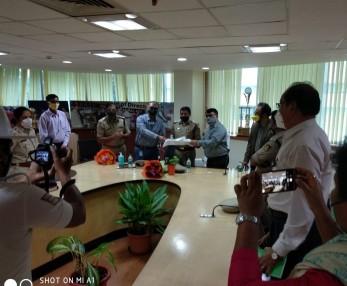 RJIL & donation CSR activity - Sh Kamal Pant,Commissioner of Police, Sh Jimmay Amrolia, Stat Mentor & VP, RIL and Sh Amitabh Bhatia , CEO, Jio , Karnataka